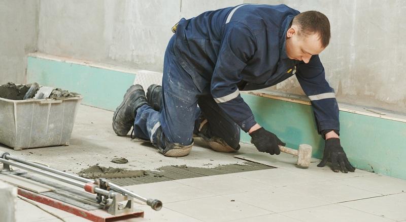 Beim Vorbereiten der Untergrundfläche sollte auch bedacht werden, dass eventuell der Fliesenschneider zum Einsatz kommen muss und sich dadurch die benötigte Zeit zum Verlegen deutlich verlängert.