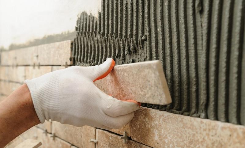 Fliesenmörtel gibt es in vielen verschiedenen Ausführungsvarianten: Zementgebundener Mörtel als Pulver, Dispersionskleber, die bereits gebrauchsfertig sind oder Zweikomponentenkleber auf Harzbasis.