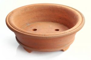 Eine unglasierte Bonsai Schale aus gebranntem Ton.