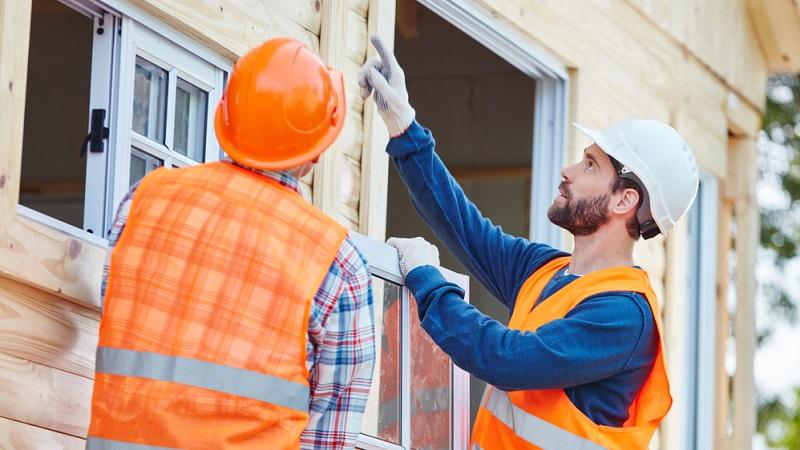 Wer sich nicht sicher ist, ob er bei der Bauabnahme alle möglichen Mängel erkennen kann, sollte auf einen Sachverständigen setzen