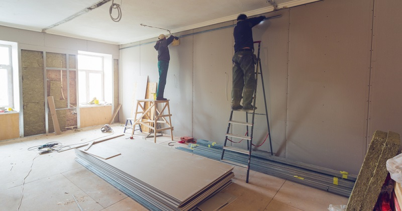 Gipskartonwände können ebenso selbst montiert werden, wie Trockenestrichplatten zu verlegen sind.