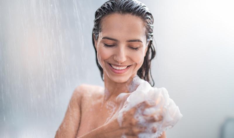 Vor dem Schlafen sollten Allergiker unbedingt duschen gehen, damit sie die Blütenpollen abwaschen. Auch an die Haare denken!
