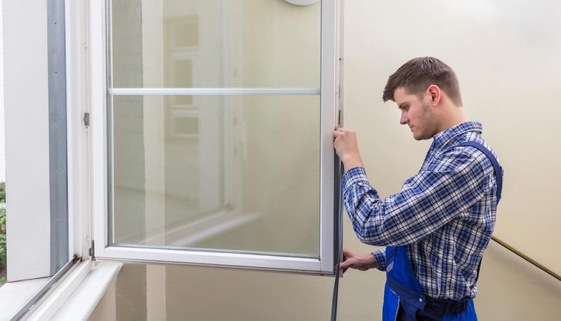 Kaum jemand, der vom Heuschnupfen geplagt wird, denkt daran. Doch es ist wichtig, die Dichtungen von Fenstern und Türen zu kontrollieren.