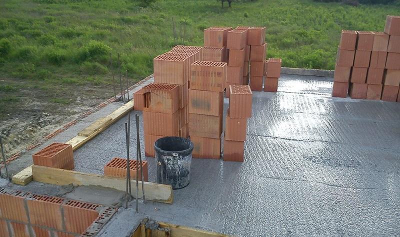 Wer nicht unbedingt einen Keller benötigt, kann mit einer Bodenplatte Kosten in erheblichem Umfang einsparen.