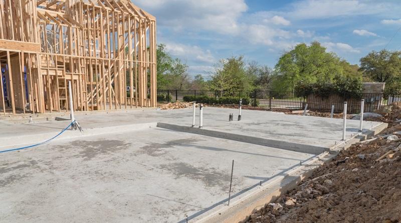 Weshalb die Bodenplatte Kosten spart, ist schnell erklärt. Sofern sie in traditioneller Bauweise angefertigt wird, besteht sie in aller Regel aus einer durchgehenden und nahtlosen Schicht aus armiertem Beton.