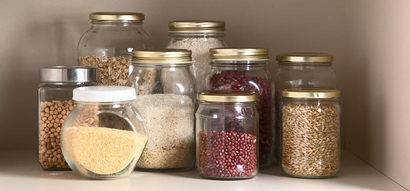Um Lebensmittelmotten vorzubeugen, sollten die Vorräte in luftdichten Gläser und Vorratsdosen umgefüllt werden.