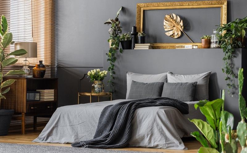 Die Matratze sollte zwischen einem Drittel und der Hälfte im Rahmen des Bettes verschwinden.
