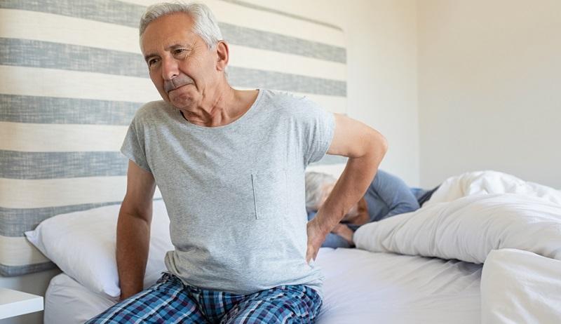 Liegt man auf einer Matratze mit einem zu niedrigen Härtegrad, ist das Liegegefühl besonders weich, was viele Menschen zunächst als sehr angenehm empfinden. Nach kurzer Zeit stellen sich jedoch meist Rückenschmerzen ein, denn die Wirbelsäule hängt durch, was auch als Hängematten-Effekt bezeichnet wird.
