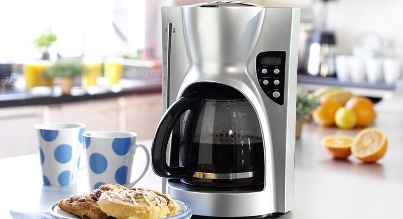 Kaffeemaschinen zu reinigen, hat drei positive Effekte. Zum einen sorgt ein regelmäßiges Entkalken dafür, dass die Kaffeemaschine länger funktionstüchtig bleibt und der Kaffee wesentlich besser schmeckt. Zum anderen werden auf diese Weise gleichzeitig Bakterien beseitigt, die sich in den Kaffeemaschinen ablagern.