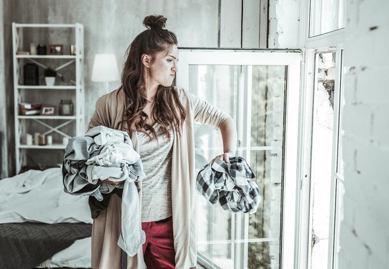 Auch Textilmotten sind kein Weltuntergang und man muss nicht sofort alles entsorgen, eine Reinigung hilft manchmal auch. (#04)