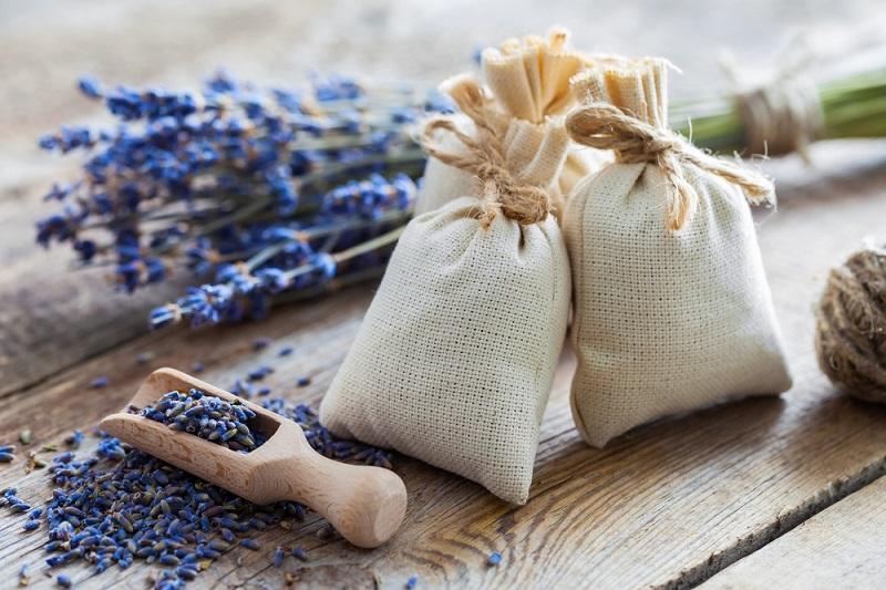 Kleine Säckchen mit Lavendel helfen ebenfalls gegen Motten. (#05)
