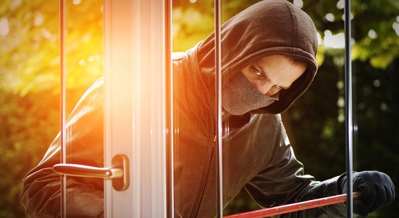 Am häufigsten (fast 70 Prozent) steigen Einbrecher durch die Fenster ein. Nicht nur alte Fenster, sondern vor allem gekippte oder sogar vollständig geöffnete Fenster sind Schwachstellen.