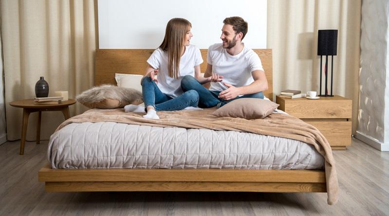 Ein Bett kann noch so schön aussehen, doch ohne die geeignete Matratze ist es einfach nur ein Gestell. Damit sich die Muskulatur und damit der gesamte Körper über Nacht gut entspannen kann, kommt es auf die Wahl der Matratzen an.