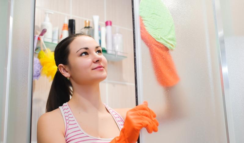 Das Reinigen der Duschkabine scheint nicht schwer: Nach dem Duschen einfach das Wasser abziehen, fertig.