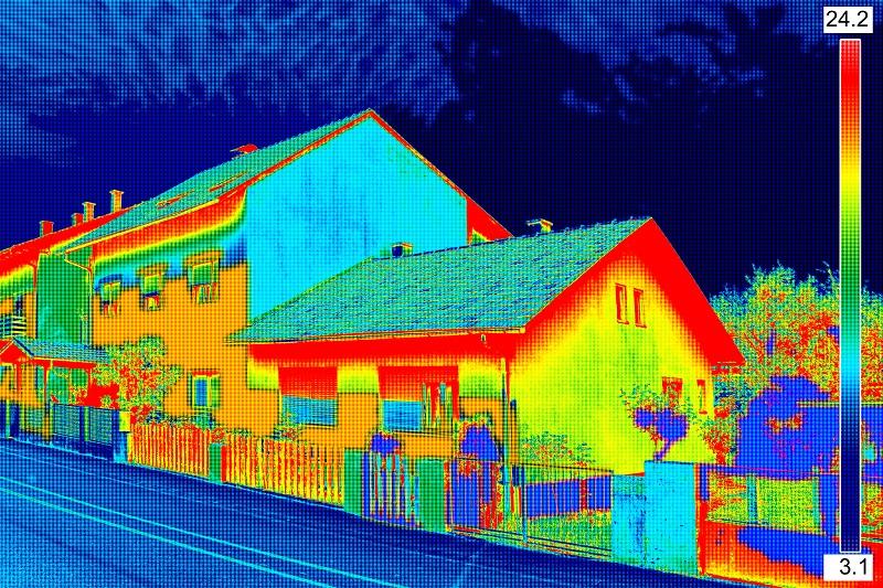 Thermografie im Sommer: Eine Wärmebildkamera, die über das Infrarotspektrum arbeitet, macht Temperaturunterschiede sichtbar. (#01)
