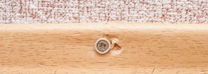 PVC Sockelleisten anbringen: Auch das Anbringen mit Schrauben hat seine Vorteile. (Foto: Shutterstock - VVVproduct)