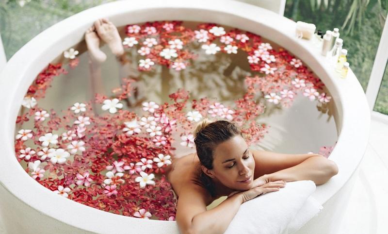 Ganz wichtig ist es, dem Bad eine persönliche Note zu geben. Wellness und Spa gehören in den Alltag.