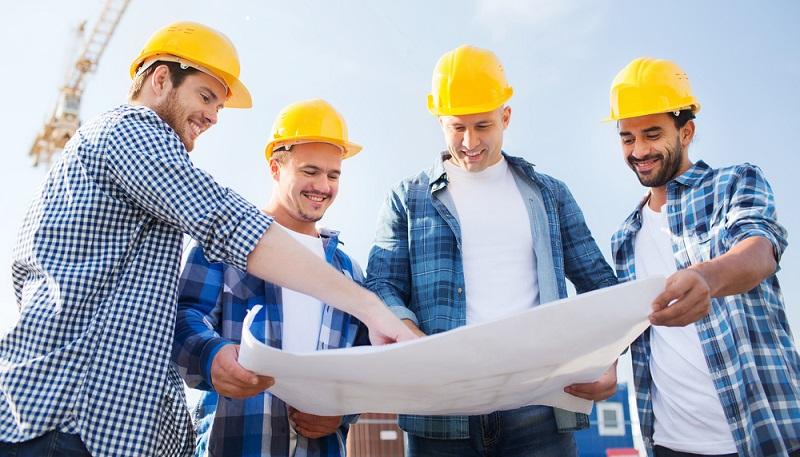 Damit es auf der Baustelle nicht zu Problemen kommt, die sich dann erst bei der Bauabnahme zeigen und nicht der Vertragsordnung entsprechen, sollte der Bauherr auch Präsenz auf der Baustelle zeigen.(Fotolizenz-shutterstock:_Syda Productions )