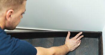 PVC Sockelleisten kleben: Life Hack im Baumarkt gefunden (Foto-Shutterstock: ronstik )
