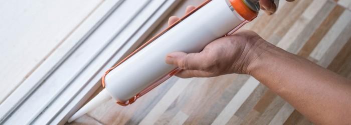 PVC Sockelleisten kleben mit  Silikonkleber (Foto-Shutterstock: Papavarin Karnjanaranya)