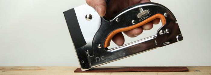 Sockelleisten mit Nagelpistole oder mit dem Tacker befestigen aber Vorsicht beim Tackern. (Foto: Shutterstock - Petr Smagin)