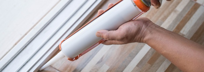 Sockelleisten verlegen mit Silikonkleber ganz einfach. (Foto-Shutterstock: Papavarin Karnjanaranya)