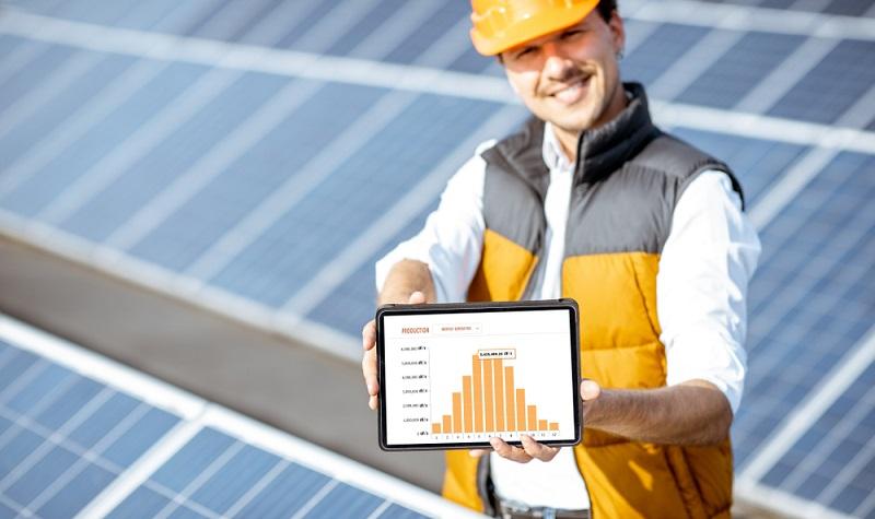 Eine stundengenaue Anzeige hat noch einen weiteren Vorteil: Man behält nicht nur den Überblick über seine eigene Solarstromanlage, sondern kann mit der Zeit sein Nutzungsverhalten an die Stromproduktion anpassen. ( Foto: Shutterstock- RossHelen)