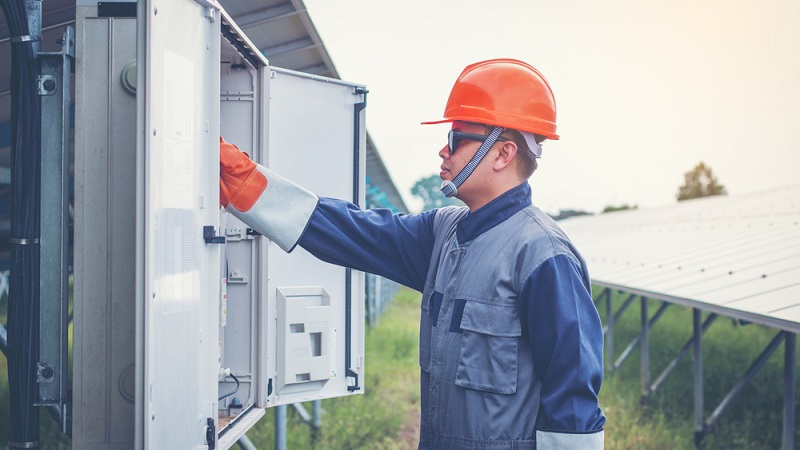 Die PV-Anlage auf dem Dach erzeugt Gleichstrom. Das bedeutet, der Minus- und der Pluspol ist immer gleich belegt. Das öffentliche Stromnetzt liefert allerdings Wechselstrom und auch alle gängigen Haushaltsgeräte sind auf Wechselstrom ausgelegt.  ( Foto: Shutterstock- only_kim )