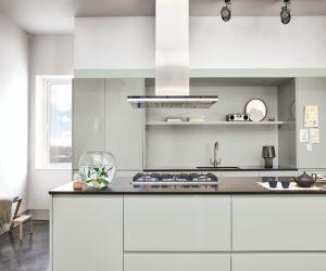 Renommierte Hersteller behalten die Architektur Ihrer Küchenprogramme bei, ändern jedoch häufig Oberflächen in Material und Farbe. So können Sie oft auch noch nach Jahren mit geringem Aufwand Ihre Küche in die Gegenwart holen. (Foto: Dulux)