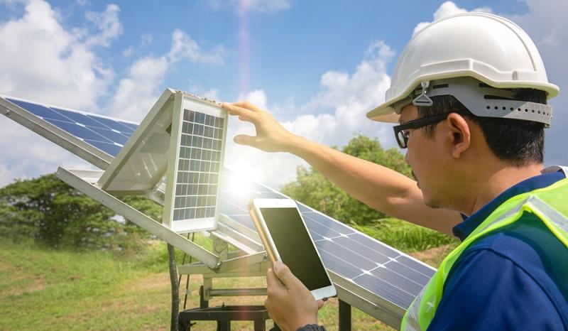 Wer seine Anlage mit einem Auswertungsdienst verknüpft der braucht bei internetfähigen PV-Anlagen kein Display zur Auswertung, ( Foto: Shutterstock- Pentium5)