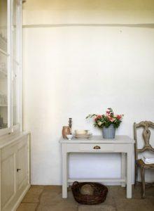 """Auf dem Foto kann man ein Beispiel sehen: die alte Kommode und der Beistelltisch haben eine Behandlung mit der Fresh Up Farbe erfahren und zeigen sich jetzt in modern-rustikalem """"Titanium"""". Küche, Ess- und Wohnzimmer erhalten mit dem trendigen Vintage-Objekt einen außergewöhnlichen Akzent. (Foto: Dulux)"""