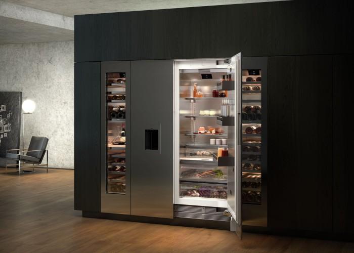 Wie wäre es mit einer Kühlwand von Gaggenau? Die Vario Kühlgeräte-Serie 400 setzt auch architektonische Akzente. Die modularen Kühl- und Gefriergeräte sowie die Weinklimaschränke lassen sich auf vielfältige Weise kombinieren. Mit ihrer klaren, architektonisch anmutenden Formensprache setzt die Kühlwand in Küche oder Wohnbereich Akzente. Grifflose und durch Drücken zu öffnende Türen mit Eis- und Wasserspender, individuell gestaltbare Möbelfronten, Edelstahl- oder Glastüren für Weinklimaschränke geben Ihnen hier Gestaltungsfreiheit. (Foto: Gaggenau)