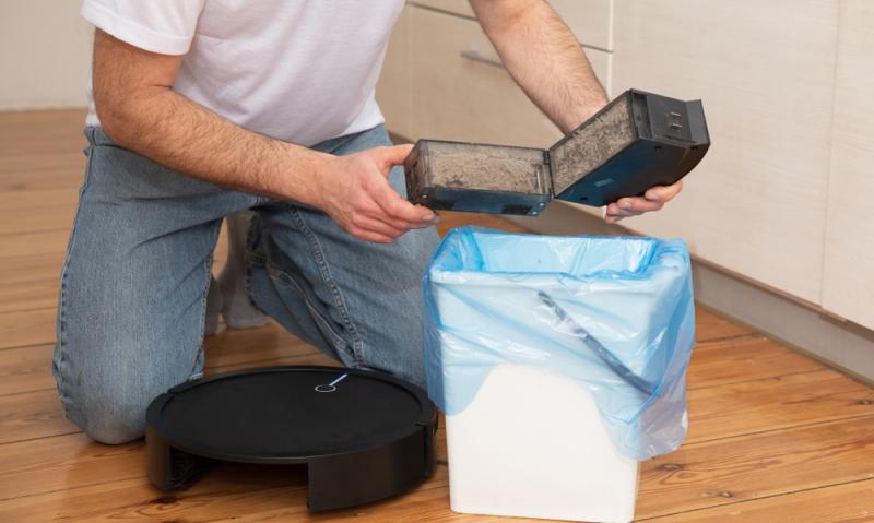 Schwierigkeiten bereitete der Staubbehälter des Testsiegers. Sowohl Entfernung als auch Leerung und Reinigung waren schwierig. Hier reichte es nur für ein AUSREICHEND. (Foto: Shutterstock - WiP-Studio)