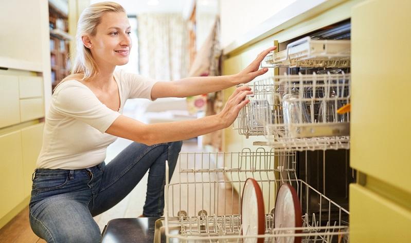 Statt mit der Hand spülen lieber eine sparsame Spülmaschine kaufen.( Foto: Shutterstock- Robert Kneschke)