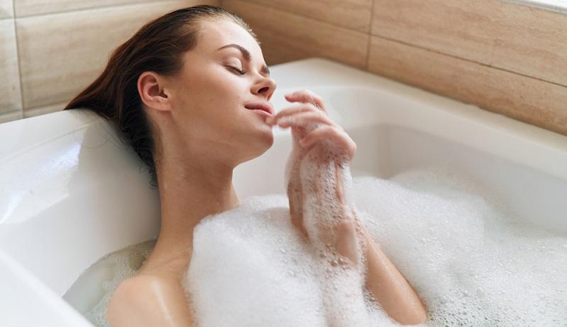 Duschen statt baden spart viel wertvolles Wasser ( Foto: Shutterstock- ShotPrime Studio )