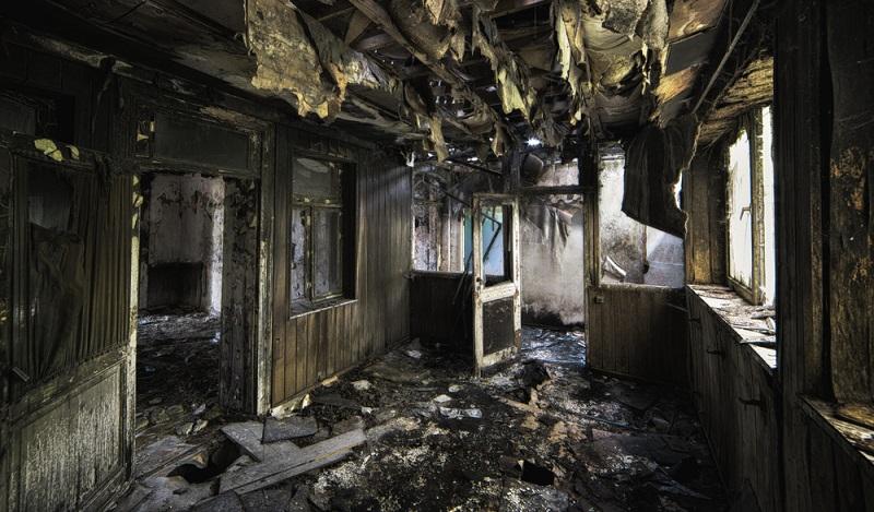 Der gesamte Hausrat ist durch den Brand zerstört. Die Hausratversicherung sorgt für Ersatz. ( Foto: Shutterstock- Wirestock Images  )