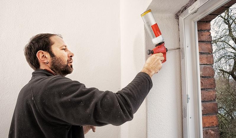 Große Fenster bringen Licht und viel Atmosphäre in Wohnräume, sind aber gleichzeitig auch die Bauteile am Gebäude, über die <strong>am meisten Wärme verloren</strong> geht. Abhilfe schaffen hier <strong>moderne dreifach verglaste Fenster mit Spezialrahmen</strong>.  (Foto: Shutterstock- Ingo Bartussek  )