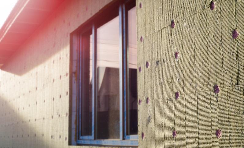 Mit der Dämmung der Fassade lässt sich der <strong>Heizbedarf fast um die Hälfte reduzieren</strong>, sodass man <strong>langfristig Heizkosten spart</strong> und die monatliche Belastung sinkt. ( Foto: Shutterstock- Serhii Krot )