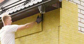 WDVS Fassade: Aufbau und Reinigung der Dämmung ( Foto: Shutterstock-ronstik )