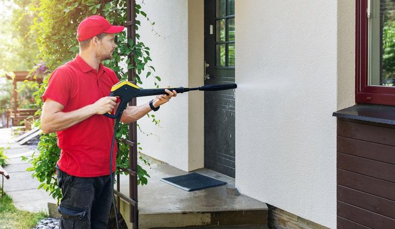Das professionelle Reinigen einer Putzfassade ist wesentlich günstiger als ein neuer Anstrich.  ( Foto: Shutterstock-ronstik )