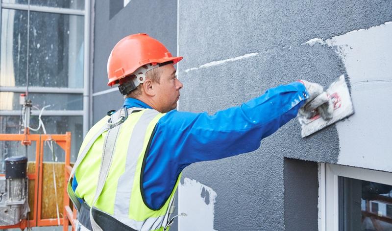 Der Unterputz wird auf den Oberputz abgestimmt und dient inklusive des einzuarbeitenden Glasfasergewebes als Armierungsschicht. Abschließend wird auf diese stabilisierende Schicht der Oberputz aufgetragen.  ( Foto: Shutterstock-Dmitry Kalinovsky)