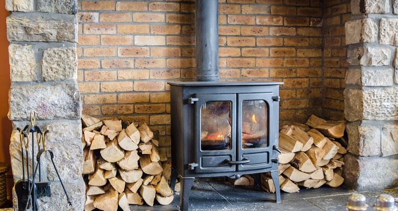 Verbrennt der Dauerbrandofen Holz oder Kohle, muss die <strong>Glut für mindestens vier Stunden lang gehalten werden</strong> können. (Foto: Shutterstock-Albert Pego  )