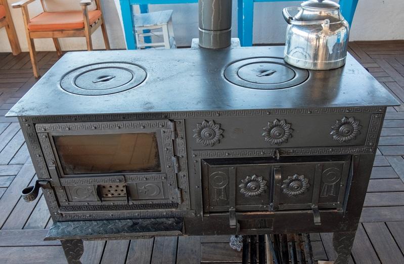 Ist der Ofen so gestaltet, dass er beispielsweise <strong>einem antiken Kaminofen nachempfunden</strong> ist, kann er bis zu 2000 Euro oder mehr kosten.  ( Foto: Shutterstock-Caglayan Ceylan )