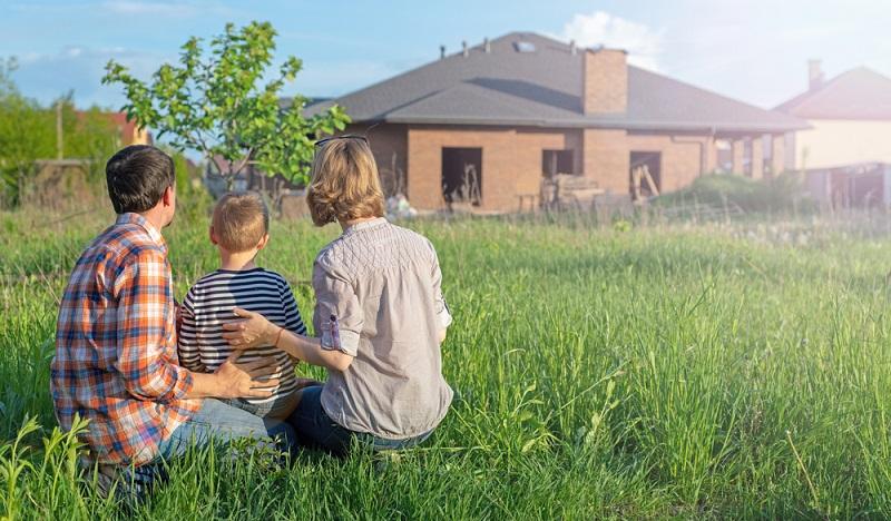 Wer davon ausgeht, dass ein Haus in München schon bald deutlich länger auf dem Markt sein wird, weil sich keine Käufer finden, kann auch mit sinkenden Preisen für Häuser rechnen.  ( Foto: Shutterstock- Serhii Krot )