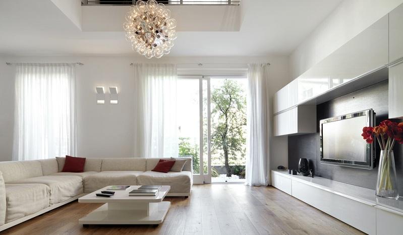 Diese Deckenleuchte ist ein echter Hingucker und unterstreicht den ohnehin sehr hellen Gesamteindruck des Wohnzimmers. (Foto: Shutterstock-adpePhoto)