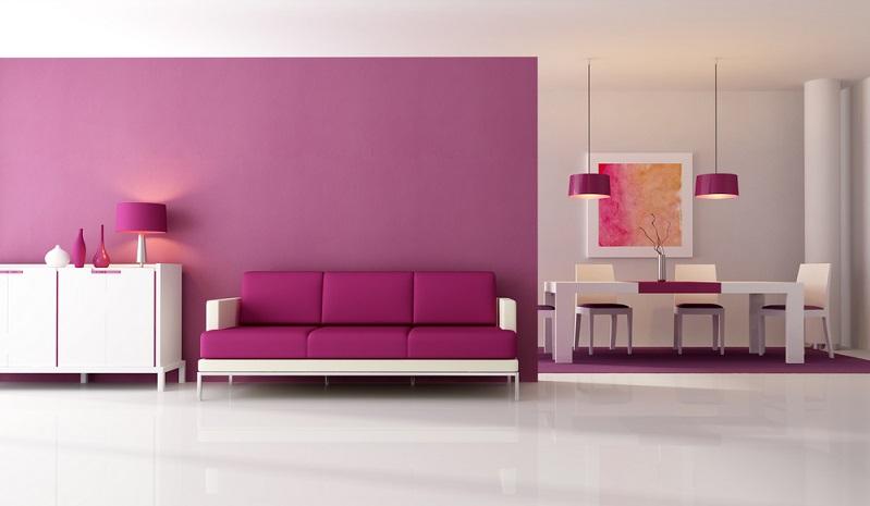 Tisch, Wand, Sofa, Beistell- und Deckenleuchte erstrahlen gleichermaßen in einem sehr kräftigen Violett und lassen den gesamten Raum einladend, optimistisch und fröhlich wirken.  ( Foto: Shutterstock-archideaphoto)