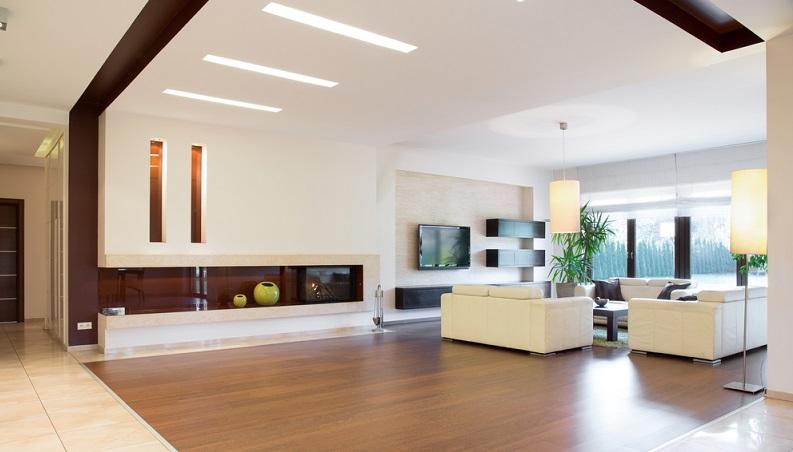 Die hier gezeigten rechteckigen Lampen führen die Formen des Wohnzimmers fort und verteilen das Licht gleichmäßig im Raum.  (Foto: Shutterstock-Photographee.eu)