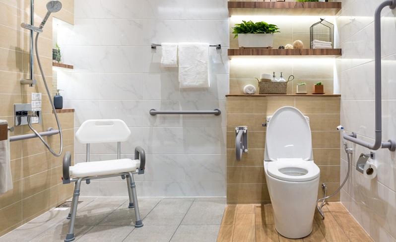 Die Dusche sollte groß genug sein, damit sie auch mit dem Rollstuhl befahren werden kann. Duschhocker und Griffe an den Wänden sind wichtige Hilfsmittel und sorgen für mehr Sicherheit. ( Foto: Shutterstock-Travelerpix )