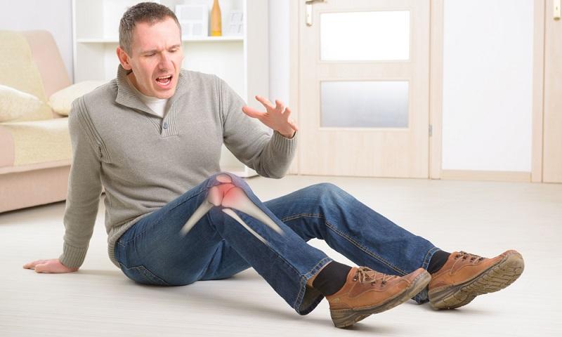 Ob beim Treppensteigen oder in Ruhe: Schmerzen im Knie sind unbedingt behandlungsbedürftig, wenn das Gelenk keinen weiteren Schaden nehmen soll.  ( Foto: Shutterstock- Monika Wisniewska  )