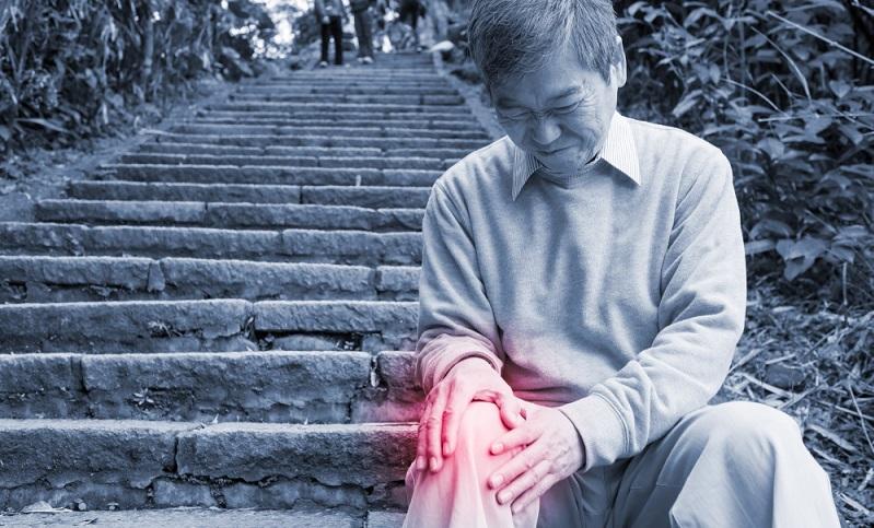 Gerade beim Treppensteigen aufwärts können eine Arthrose im Kniegelenk, ein Kreuzbandriss und eine Formstörung der Patella (Kniescheibe) die Ursachen sein.   ( Foto: Shutterstock- aslysun)